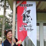 Joëlle (vivandière) honore la MSV en fixant son oriflamme